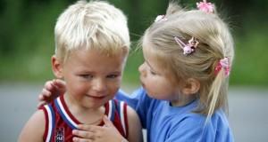 Kleines Mädchen spendet Trost und Mitgefühl.