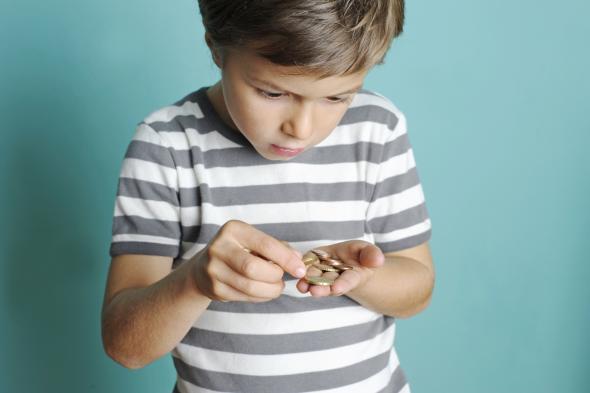Kleingeld in den Händen eines kleinen Jungen.