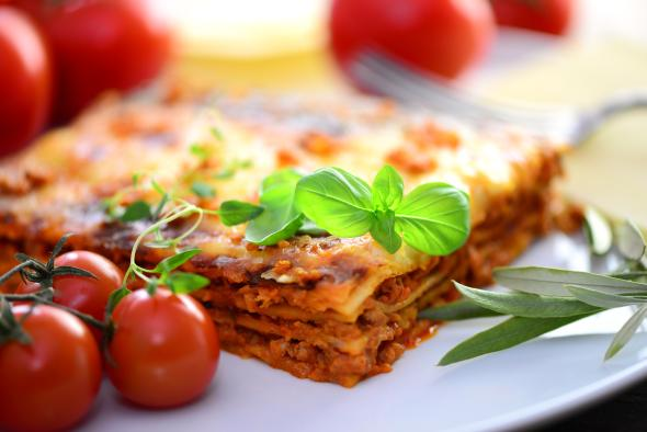Lasagne mit Hackfleisch und frischen Kräutern.
