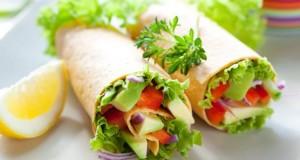 Wraps sind gerollte Köstlichkeiten mit Salat und Gemüse oder Fleischbeilagen.