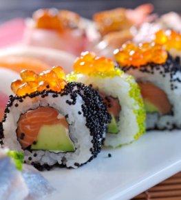 Köstliches Maki-Sushi mit Lachs, Avocado und Kaviar