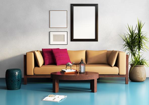 Eine Couch, Tisch und Pflanze im Kolonialstil.