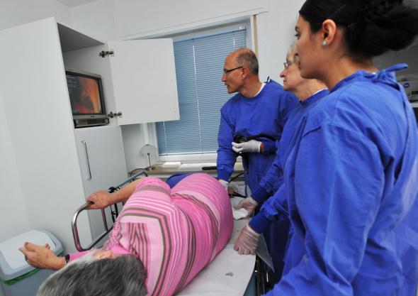 Krebsvorsorge: Bei einer Patientin wird eine Darmspieglung (Koloskopie) im Darm durchgeführt.