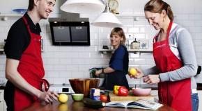 KommtEssen: Lisa Rentrop und Mitarbeiter bereiten Essen vor