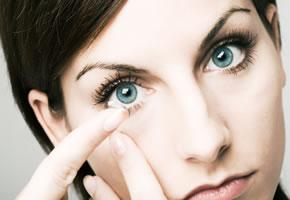 Jeden Tag die Kontaktlinse einsetzen, kann auf Dauer lästig sein
