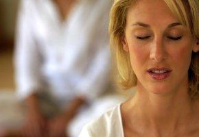 Konzentration und Entspannung während man meditiert