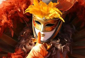 Wunderschöne Maske und Kostüm beim Karneval in Venedig