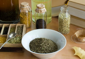 Kräutermedizin: Verschiedene Kräuter für einen Tee