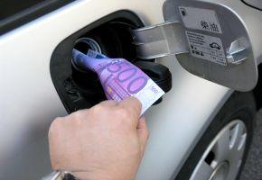 Kraftstoffverbrauch: Autofahren ist sehr teuer