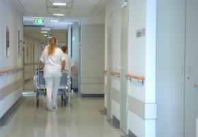 Krankenschwestern bringen einen verstorbenen weg
