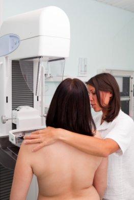 Krebsvorsorge - Junge Frau bei einer Mammografie