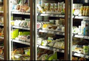 Kühltheken mit Frischware wie z.B. Tofu