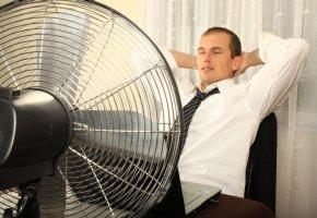 Kühlung durch einen Ventilator am Arbeitsplatz
