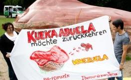 Pemón-Indianer demonstrieren im Tiergarten - Kueka soll zurück nach Venezuela