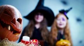 Kürbis und Verkleidung - Kinder feiern Halloween