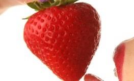 Küssen des Erdbeermundes