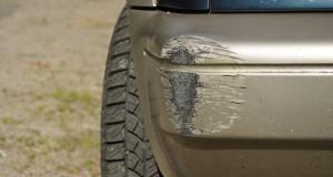 Ein Fahrzeug hat an der Kunststoff-Stoßstange schäden