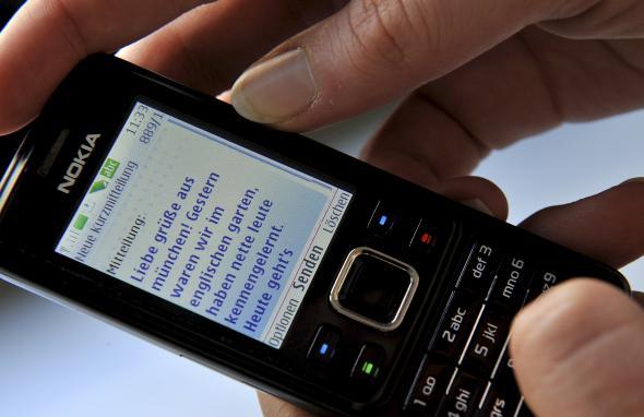 Eine SMS wird auf dem Handydisplay angezeigt