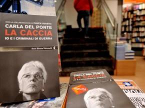 """Das Buch von Carla Del Ponte """"La Caccia"""" in einem Mailänder Buchladen."""