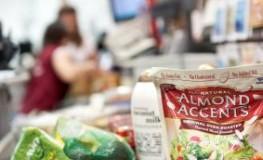 Lebensmittel auf dem Laufband im Supermarkt