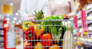 Einkauf von Lebensmittel im Supermarkt.