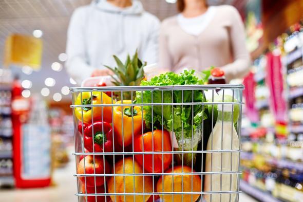 Einkauf von Lebensmittel im Supermarkt, teilweise sind Obst und Gemüse bestrahlt worden.