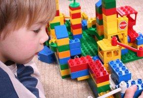 Legosteine: Spielen und Bauen