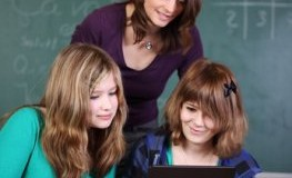 Lehrerin überwacht Schüler beim surfen im Internet