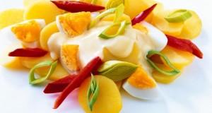 Egal ob zu Fleisch- oder Fischgerichte, der Kartoffelsalat passt immer.