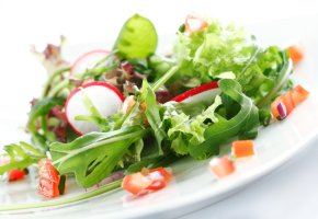 Leichtes Essen: Ein Teller mit Salat
