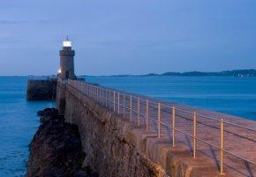 Leuchtturm und Wellenbrecher auf Guernsey