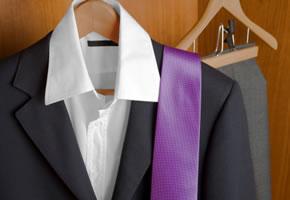Anzug mit lila Krawatte