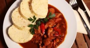 Die Mährisch-böhmisch-schlesische Küche von Tschechien: Gulasch mit böhmischen Knödeln.