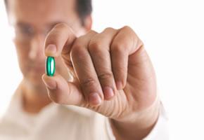 Männer nehmen zuerst Tabletten ein