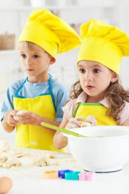 Märchenstunde - Kinder beim Backen und zuhören
