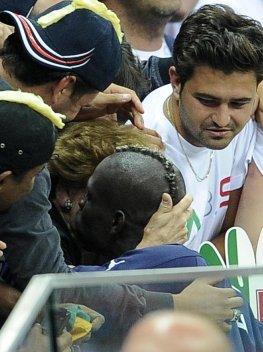 Mario Balotelli umarmt seine italienische Pflegemutter nach dem Deutschlandspiel.