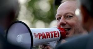 Die Partei demonstriert in Berlin vor dem Axel-Springer-Haus in Berlin.