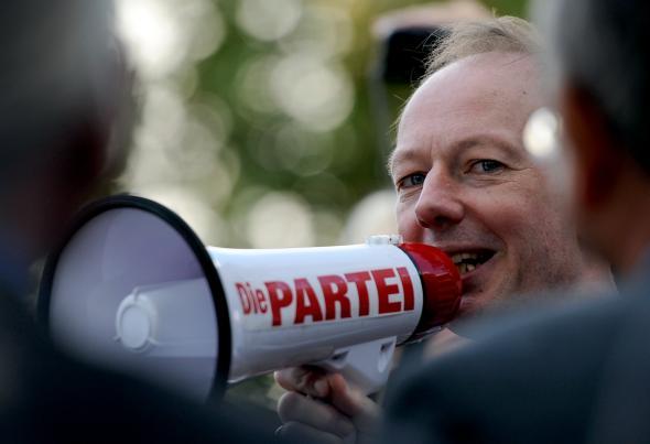 """Martin Sonneborn und """"Die Partei"""" demonstrieren vor dem Axel-Springer-Haus in Berlin."""
