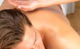 Massage: Mit Kräuteröl wird der Körper eingerieben