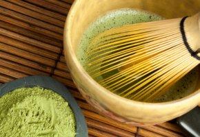 Matcha - Grüner Tee in einer Chawan mit einem Chasen aufschlagen