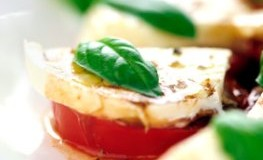 Mediterran ernähren: Frischer Caprese Salat mit leckeren Tomaten, Mozzarella und Basilikum