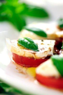 Mediterran ernähren: Frischer Caprese Salat mit leckeren Tomaten, Mozzarella, Olivenöl und Basilikum