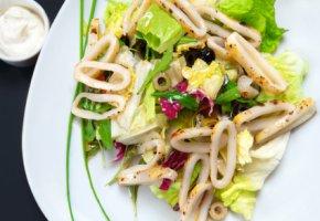 Meeresfrüchte - gegrillte Calamares mit Salat