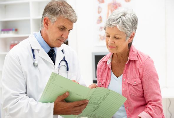 Ältere Frau spricht mit ihrem Arzt