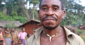 Mann in einem Dorf