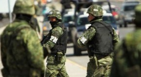 Mexikanischer Drogenkrieg - Gewalt gehört in Juárez zum Alltag (Millitär und Polizei sichern einen Tatort nach einem Mord an zwei Frauen)