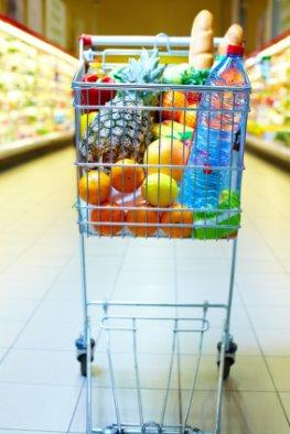 Mineralwasser - Einkauf im Supermarkt