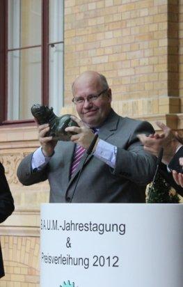 Umweltminister Peter Altmaier bekommt vom Baum e.V. ein Hippo überreicht