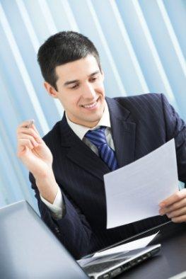 Mitarbeiter in einem Unternehmen liest ein Dokument