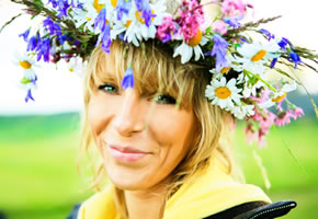 Mittsommerfest, eine Frau mit einem Blumenkranz